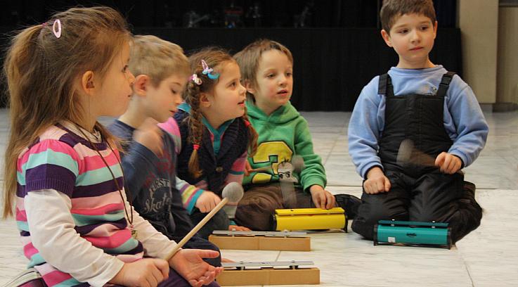 Kinder spielen mit Klangstäben in der Musikalischen Früherziehung
