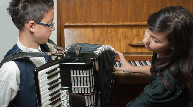 Akkordeonunterricht. Bild: Fotolia, Dusan Kostic