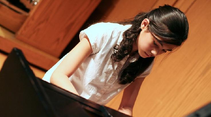 Ein Mädchen übt Klavier. Bild: Fotolia, Jaren Wicklund