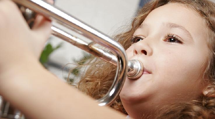 Ein Mädchen spielt Trompete. Bild: Fotolia, Hannes Eichinger
