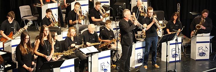 Auftritt der Big Band Blue Notes unter Leitung von Achim Binanzer.