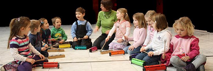 Kinder spielen in der Musikalischen Früherziehung mit Klangkörpern