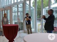 """Schulleiter Achim Binanzer (rechts) und Leonardo Dianori (mitte) verabschieden Kulturbüroleiterin Anneli Bronner mit Beethovens """"Ode an die Freude"""" in den Ruhestand."""