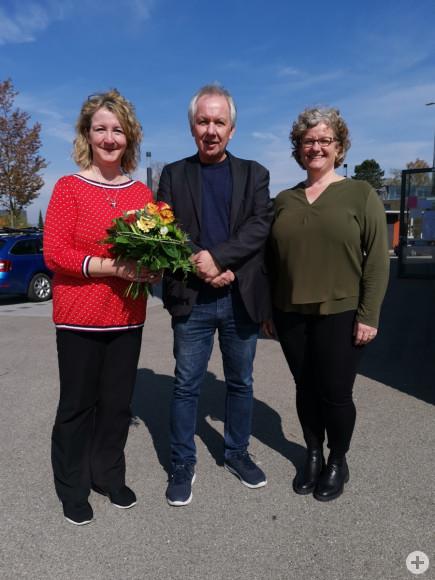 Musikschulleiter Achim Binanzer (m.) verabschiedet die langjährige Mitarbeiterin Karin Pilz (l.) und begrüßt seine neue Mitarbeiterin Birgit Fritsche.